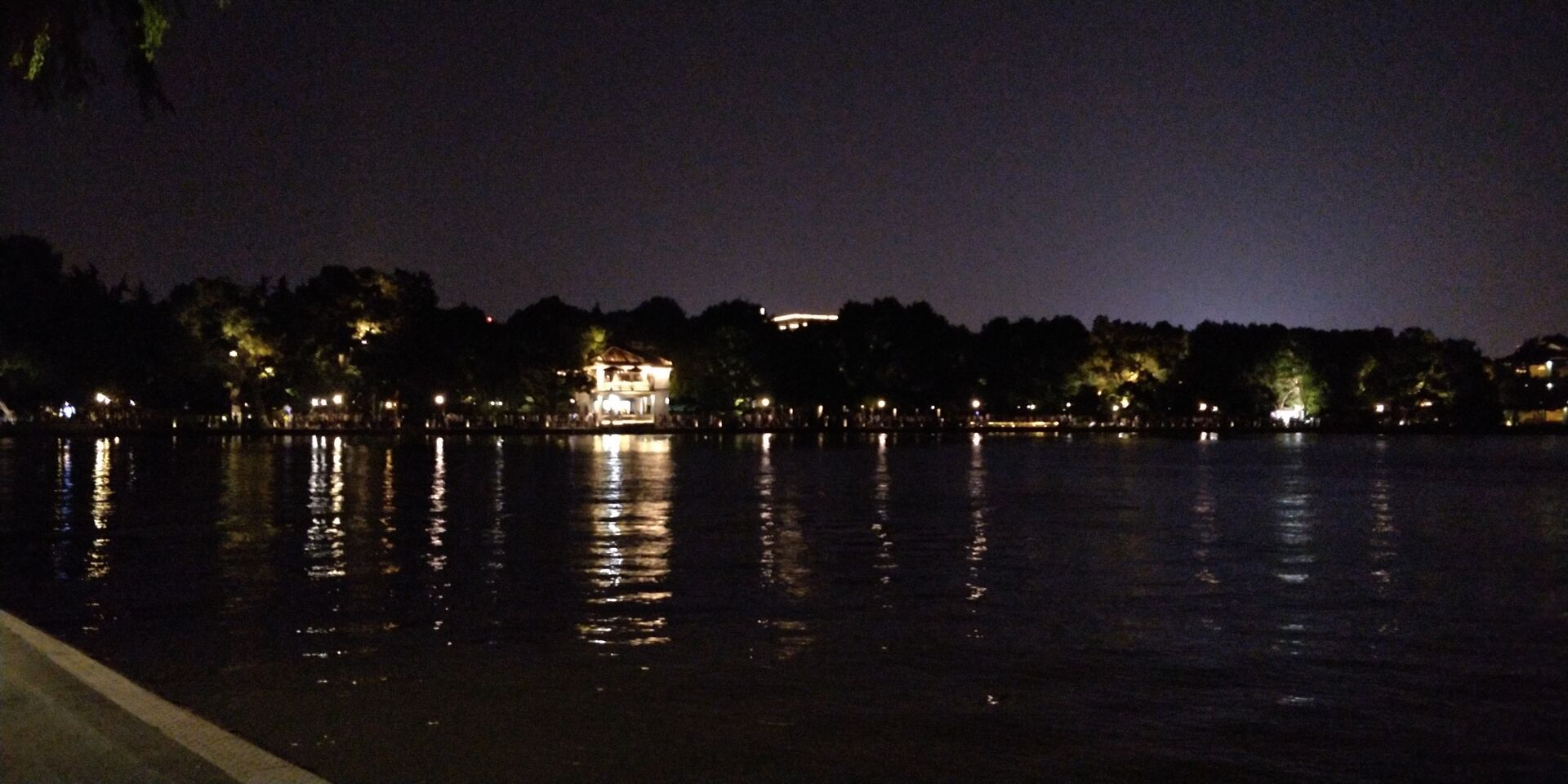 夜里的西湖